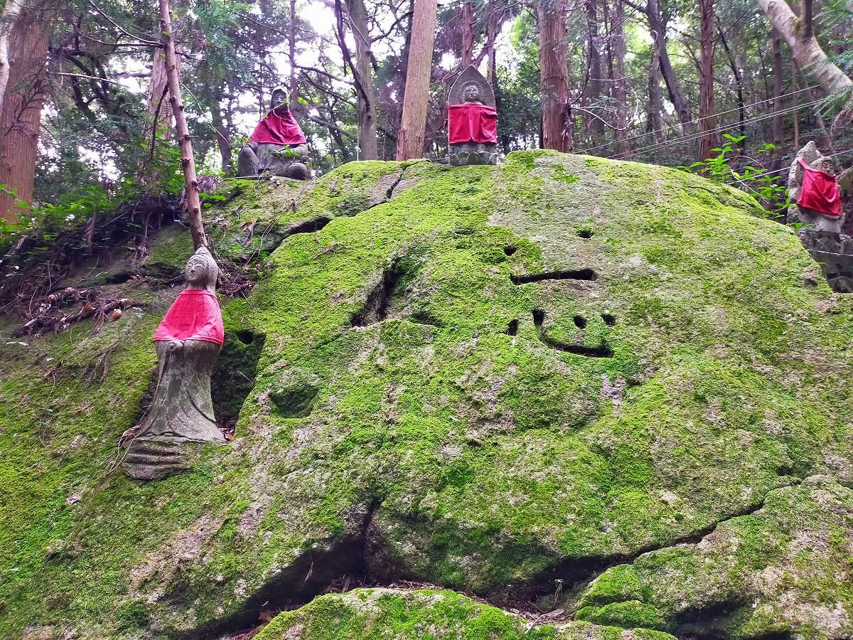 「一心」と書かれた苔むした大岩。