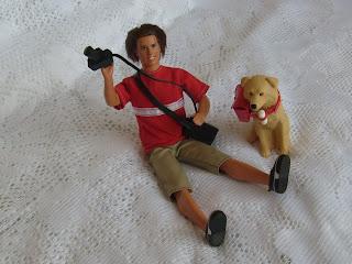 """muñeco """"Ken Fotógrafo"""" y su mascota"""