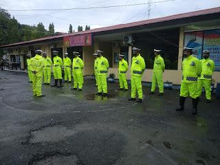 Apel Pagi Anggota Satlantas Polres Enrekang Kenakan Jas Hujan