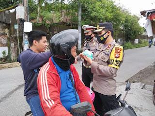 Putus Mata Rantai Covid 19, Wakapolres Pelabuhan Makassar Pimpin Operasi Yustisi dan Bagikan Masker