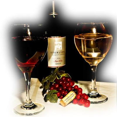 Duas taças de vinho com uma rosa vermelha.