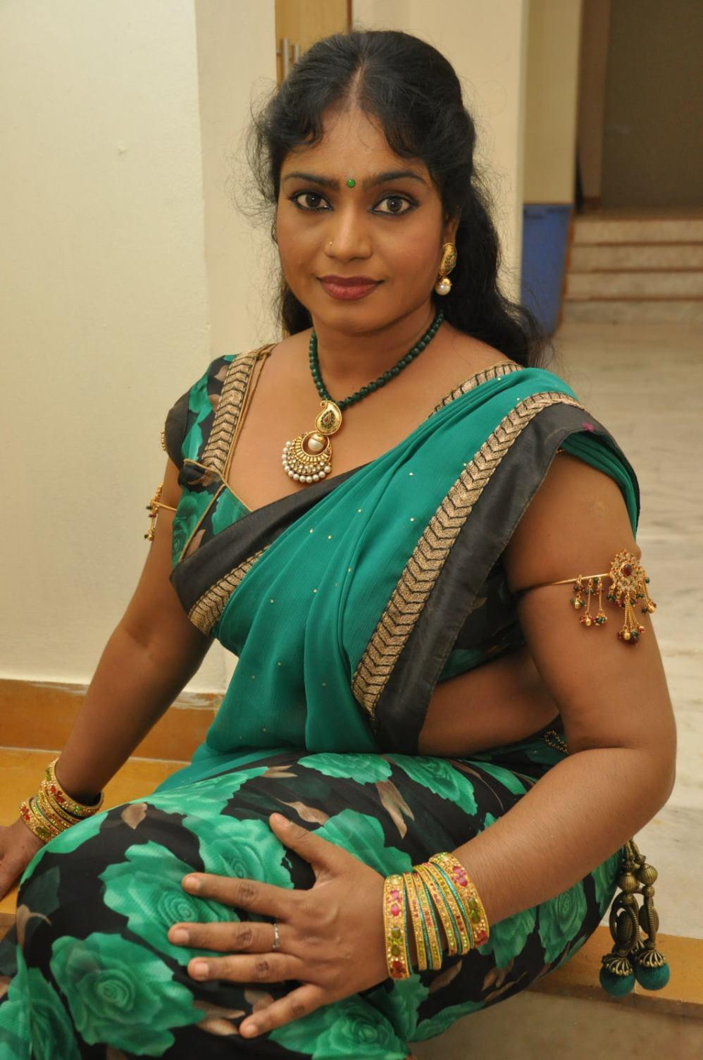 Sexy Aunty In Saree Pics