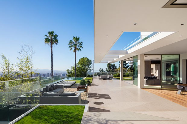 Modern minimalist home with breathtaking views in los for Minimalist house los angeles