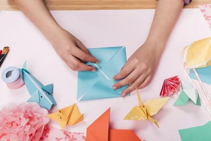 Pessoa fazendo Origamis