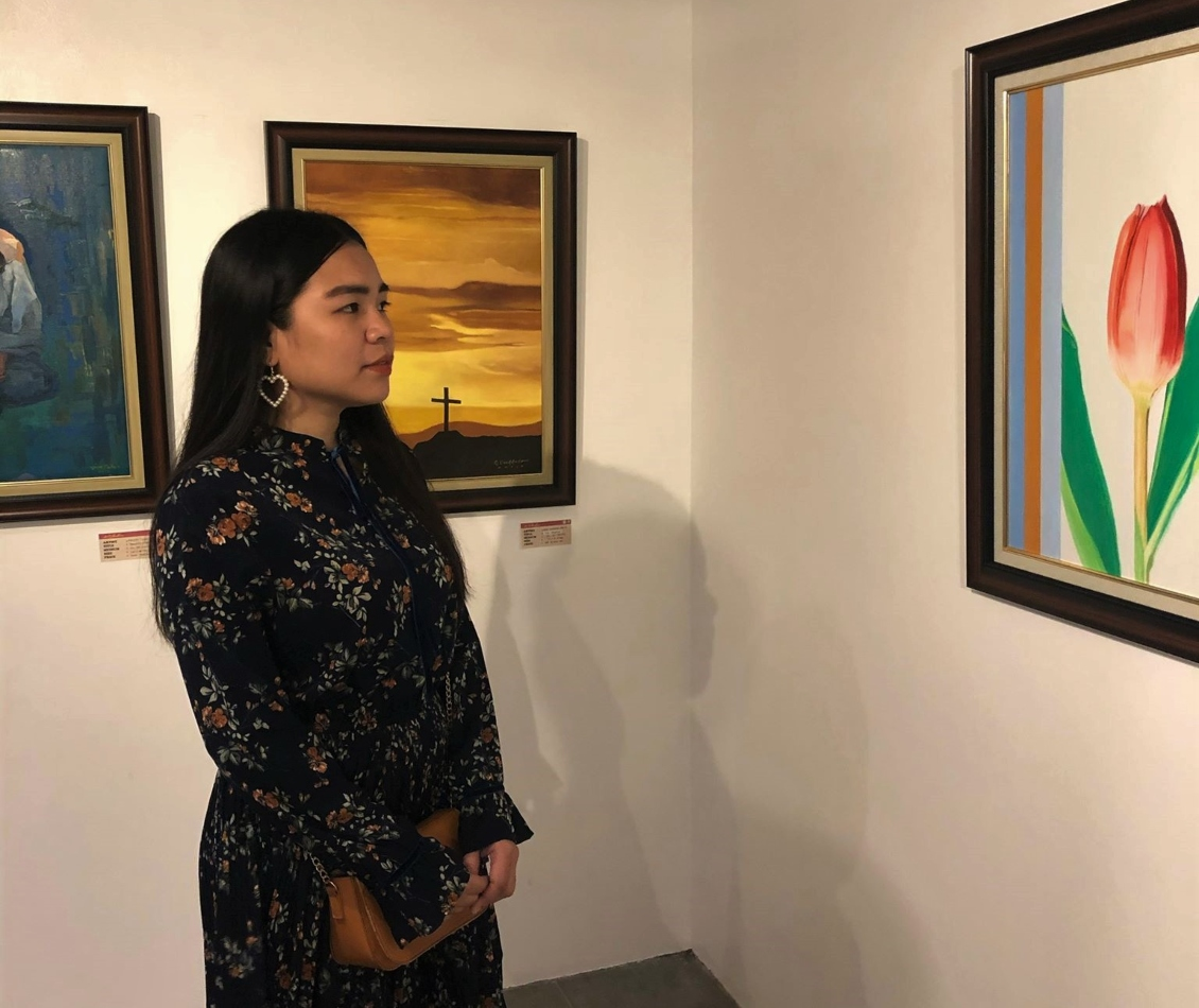 girl looking at the paintings