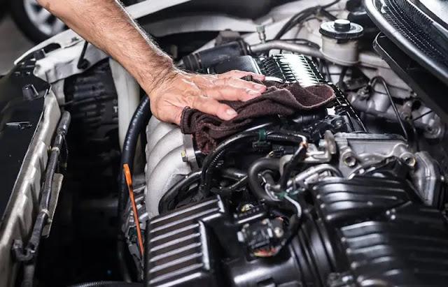Diperhatikan Ketika Akan Melakukan Detailing Mobil - Melakukan pembersihan pada bagian kap mesin