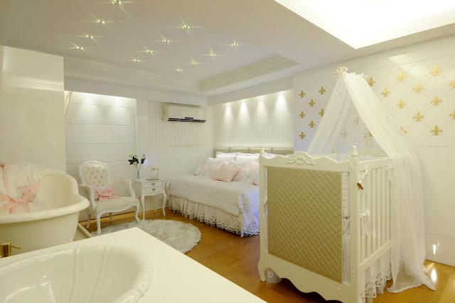 Neste quarto de bebê todo branquinho destaque para a iluminação do teto que lembram estrelinhas.