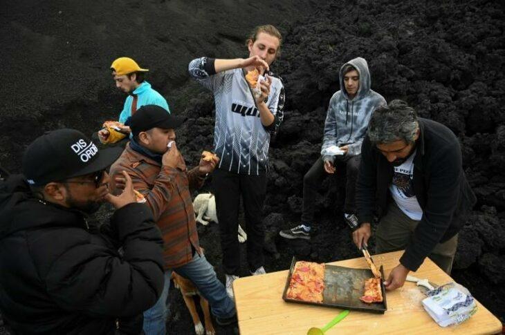 Hombre en Guatemala hornea pizzas sobre la lava de un volcán activo e invita a sus amigos