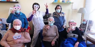 Grupo de usuarias de Aviparc con máscaras de carnaval