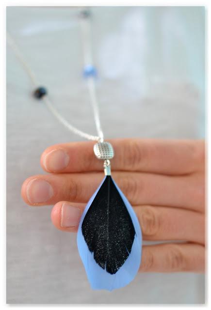 sautoir pendentif perles et plumes noir paillettes et bleu