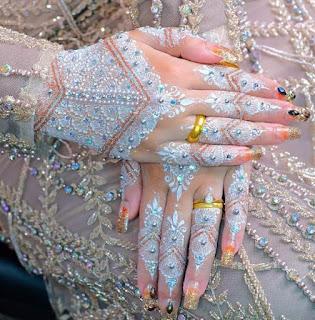 Model henna putih tangan aksesoris dan gliter gold