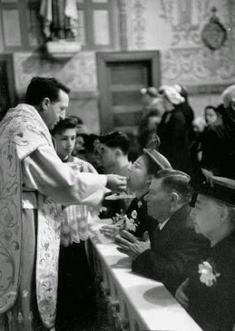 Thánh Lễ Xưa - Lễ Latinh: Thánh Lễ Quay Lên và Chắp tay Quỳ Rước Lễ