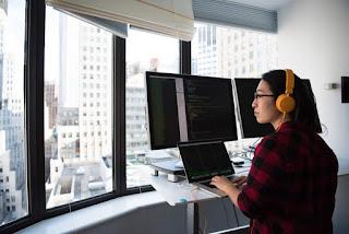Веб-разработчик за работой
