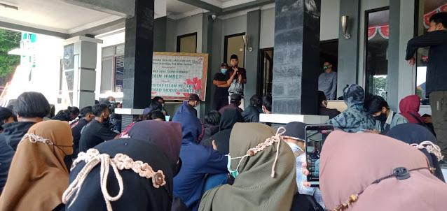 Tuntut Penurunan Uang Kuliah Tunggal, Mahasiswa IAIN Jember Segel Gedung Rektorat