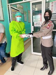 Kasat Lantas Polres Pinrang Pimpin Anggotanya Berbagi di RSUD Lasinrang