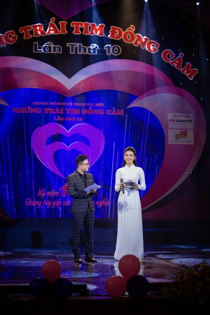 Huyền My dẫn chương trình trên sân khấu- ảnh 2