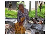 Kisah Ibu Penjual Kue Dan Pemilik Toko Yang Baik Hati  #MErindingBACANYA