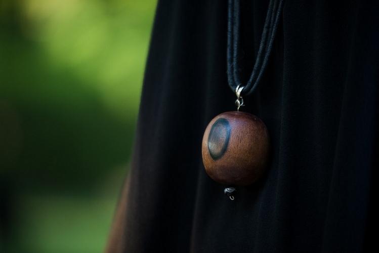 Drewniany wisior w stylu etno