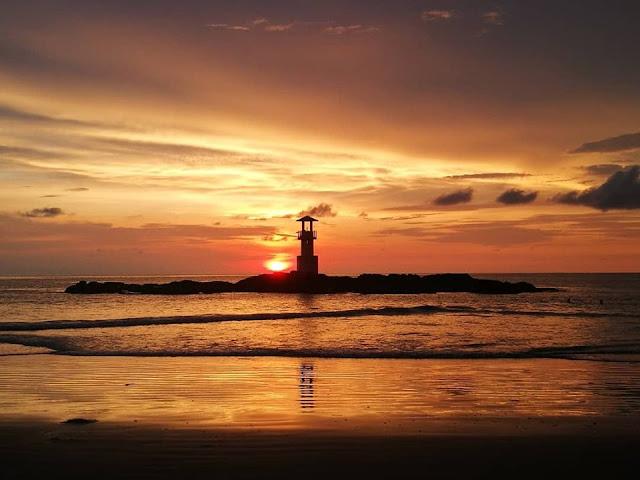 หาดนางทองยังมีจุดชมพระอาทิตย์ตกเหนือประภาคารหรือกระโจมไฟ ซึ่งเป็นวิวที่สวยมากๆแห่งหนึ่งในจังหวัดพังงา