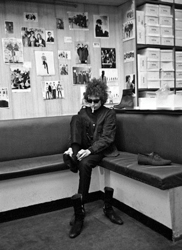 Bob Dylan photographed by Barry Feinstein,  Topper' Shoes Carnaby Street (1966).