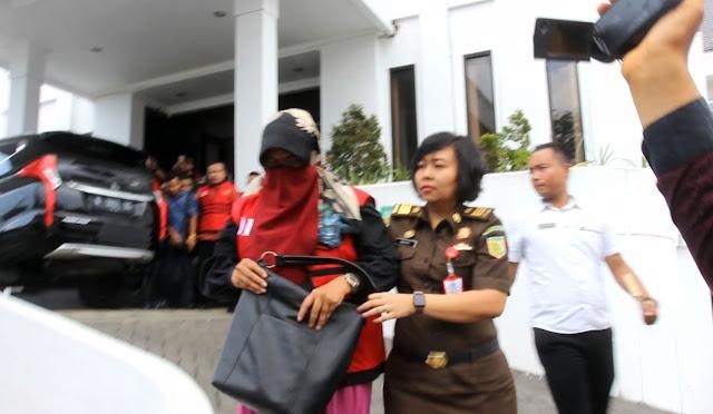 Direktur dari CV San Ken, Tri Yani Rahayu saat dieksekusi Kejaksaan