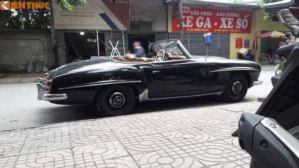 Hai chiếc xe Mercedes-Benz 190SL cổ mui trần quý hiếm tại Việt Nam