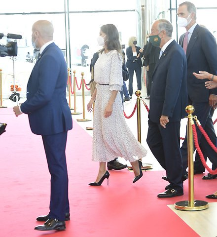 Armani crepon long dress with polka-dot jacquard motif. Queen Letizia wore a polka-dot dress by Armani