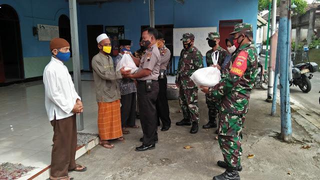 TNI-Polri Bagikan Sembako Kepada Masyarakat Dan Pengurus Masjid Di Desa Tanjungsari