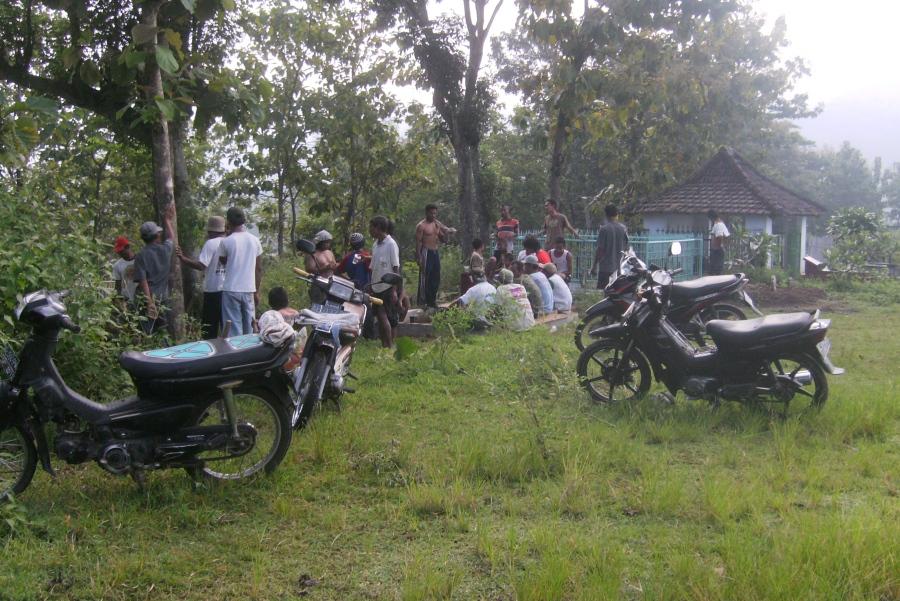 Gotong Royong Warga Desa Sundul Menggali Kuburan