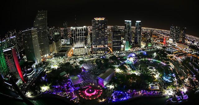 Noite no Bayfront Park em Miami