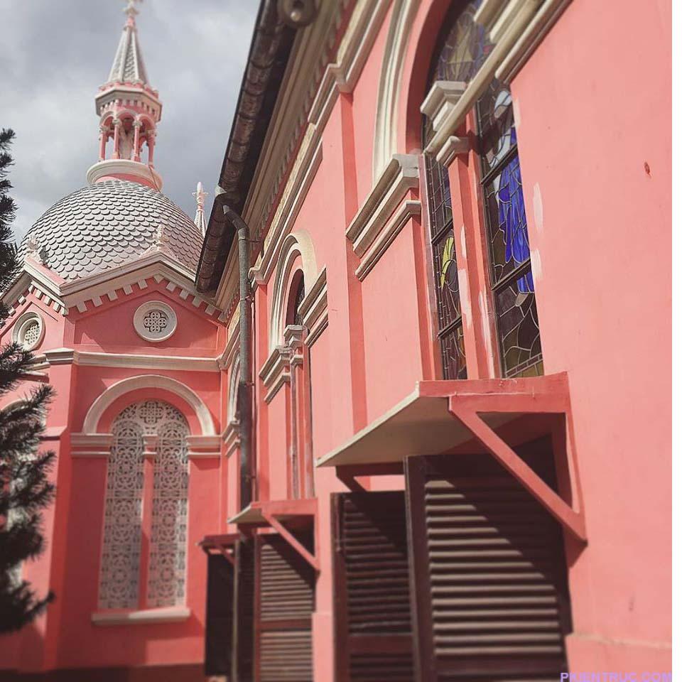 mặt hông của nhà thờ cũng sơn toàn màu hồng