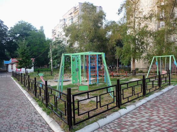 Авдіївка. Дитячий майданчик на проспекті Центральному