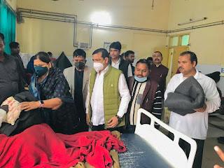 बाराबंकी : स्वर्गीय बेनी प्रसाद वर्मा की जयंती पर बहु सुधा वर्मा ने  जिला चिकित्सालय में मरीजों को बांटे फल व कम्बल