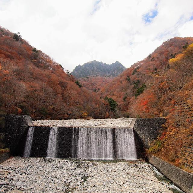 西沢渓谷 二俣吊橋から見た鶏冠山