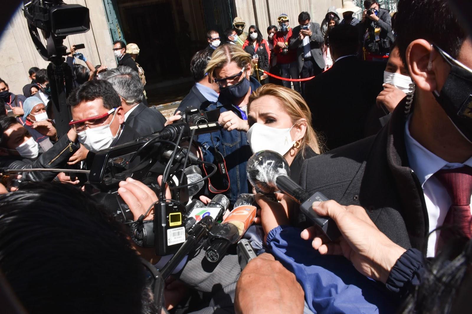 Presidenta Áñez entrevistada pro la prensa en plaza Murillo el viernes / ABI