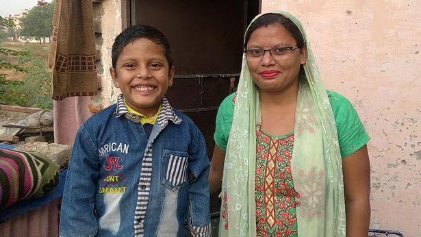 Menino com 'rabo' é adorado como deus na Índia e pais têm de escondê-lo; veja fotos