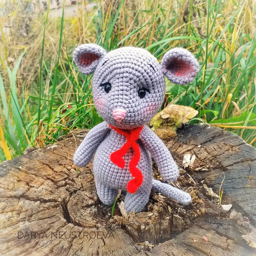 Lisa the crochet mouse - A free crochet pattern. Yarnhild.com | 1080x1080
