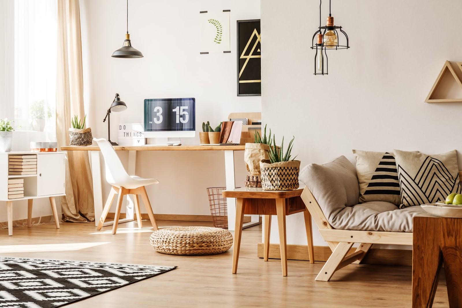 Salón con muebles blancos y de madera