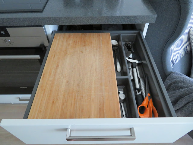 Puinen leikkuulauta osana ruokailuvälinelaatikkoa