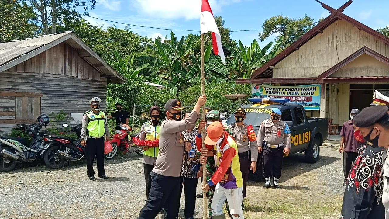 Jelang HUT Kemerdekaan RI ke-75, Polres Pulang Pisau Bagikan Bendera dan Masker