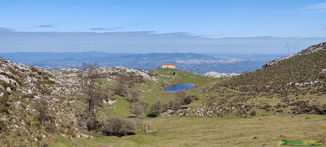 Vista de Oviedo y la Capilla de la Magdalena subiendo al Monsacro