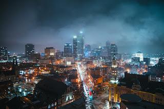 foto de cidade a noite ilustrando postagem sobre liberação de financiamento antes do registro da garantia