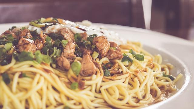 reteta de noodles cu piept de pui si legume