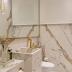 Lavabo monolítico com porcelanato marmorizado e metais dourados!