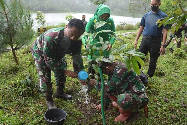 Pangdam III/Slw Dan Ketua Persit KCk PD III/Slw Tanam Pohon dan Tebar Ikan Nila Di Situ Cisanti