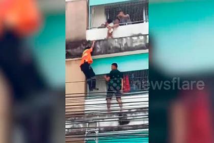 Ради спасения 2-летнего ребенка прохожие полезли на многоэтажку