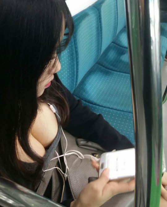 앉아있는 지하철 민폐녀