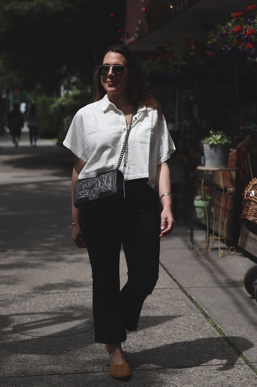 levis ribcage jean blogger outfit linen shirt vancouver fashion blogger chanel boy bag