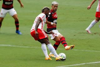 Flamengo vence e assume a liderança do brasileirão