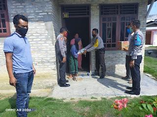 Patut Dicontoh, Kapolsek Kampung Rakyat Sambangi Rumah Warga Berbagi Sembako